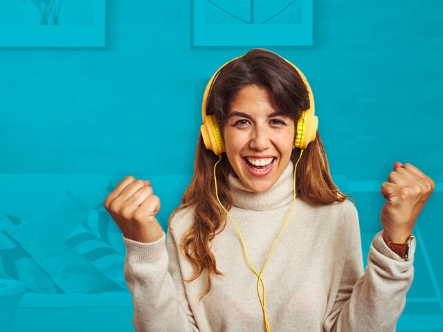 Mujer feliz con audífonos