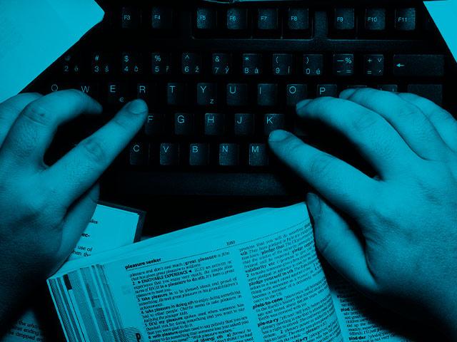 manos teclado libros textos