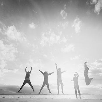 personas saltando horizonte felicidad