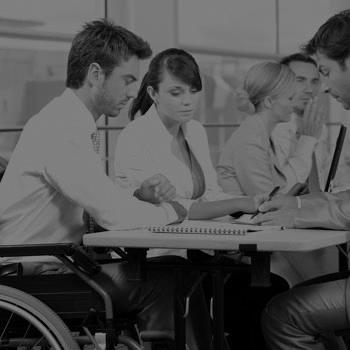 persona en silla de ruedas trabajo equipo