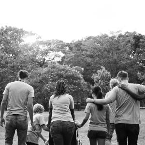 Grupo de familia caminando a blanco y negro