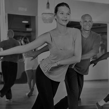 mujeres hombres bailando