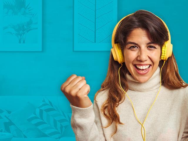 persona audifonos felicidad hogar