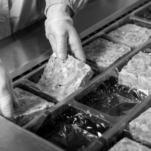 Persona procesando comida con la mano
