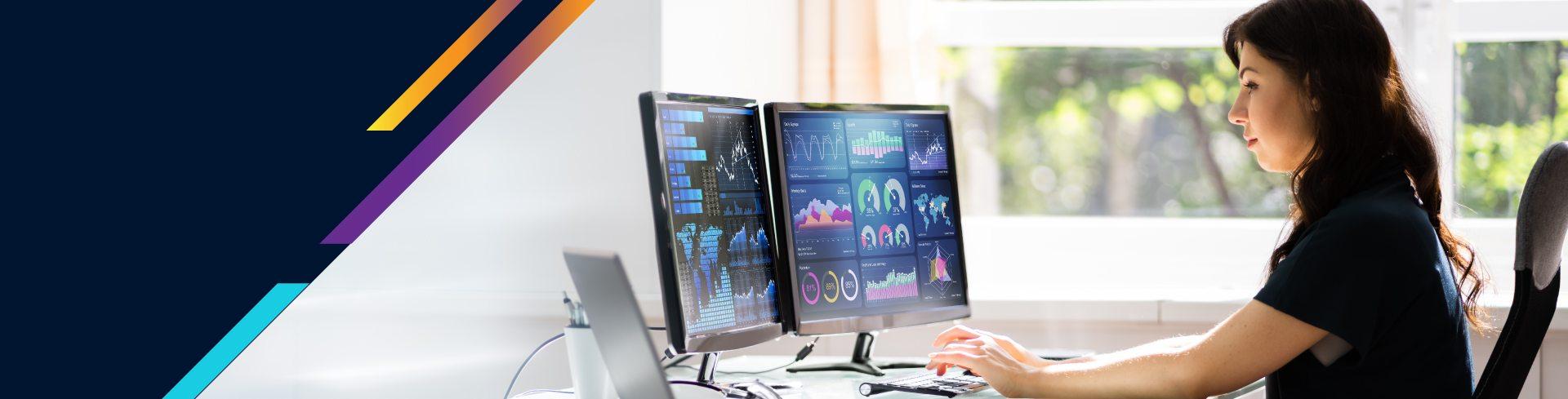 Chica analizando datos en computador