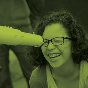 telescopio niña sonriente uniandes