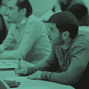 estudiantes hombres atencion clases uniandes