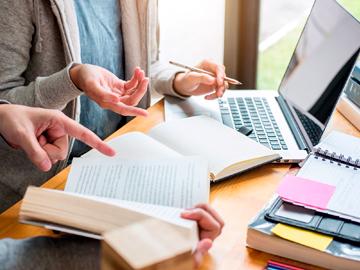 Liderazgo educativo: prácticas y desafíos en distintos contextos