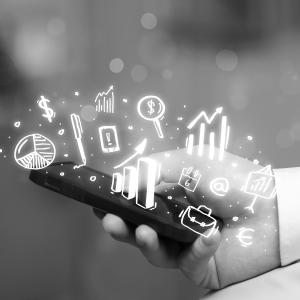 Mano de hombre con celular en la mano de la era digital