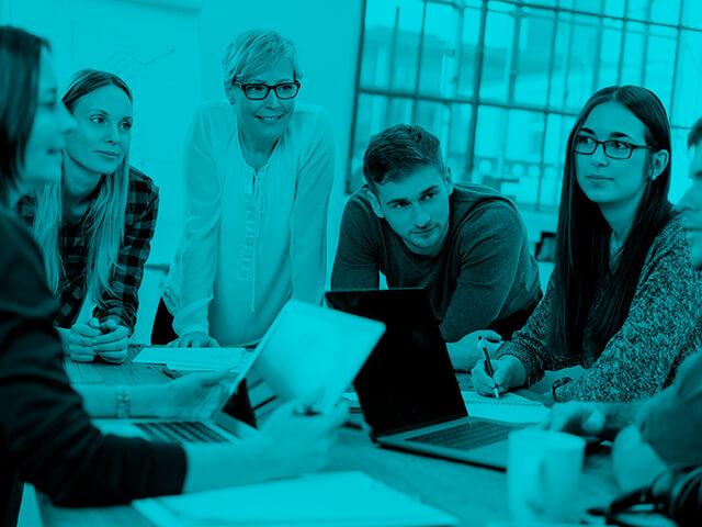 jovenes sentados debate clase universidad