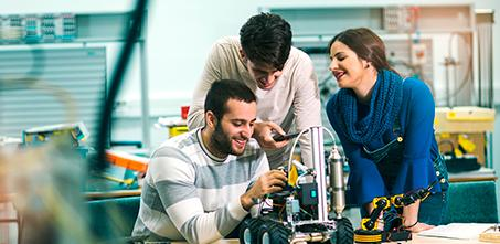 jovenes estudiantes ingenieria taller