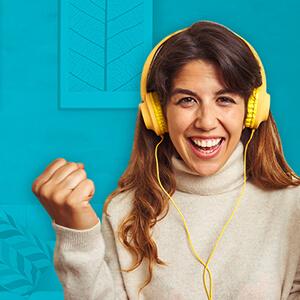 mujer audifonos feliz hogar